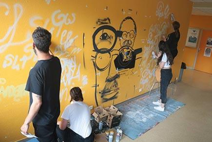 EN IMAGES. À Fougères, un portrait géant de Jean Guéhenno en graffiti